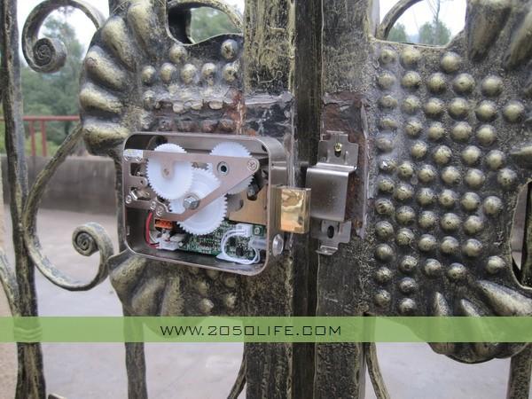 电子锁(实现远程开锁功能,工程师正在安装测试)