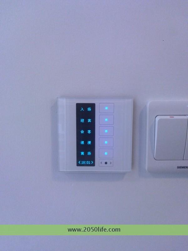 走廊尽头的墙面多功能液晶面板