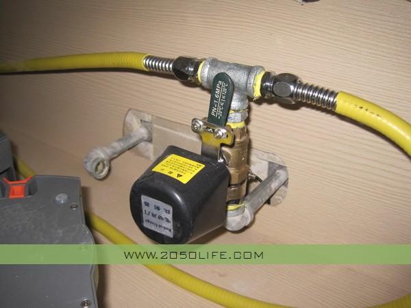 厨房厨柜下方的煤气管道控制阀图片